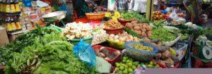 野菜、果物を市場で買う
