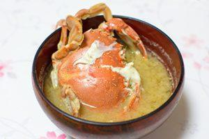 Hガニ、ヒラツメガニを味噌汁に入れて食べる