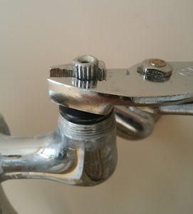 水道蛇口から水がポタポタ落ちる。スピンドルを取り外す。